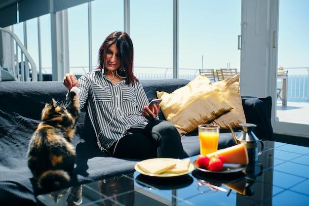 Une femme cadre prenant son petit déjeuner
