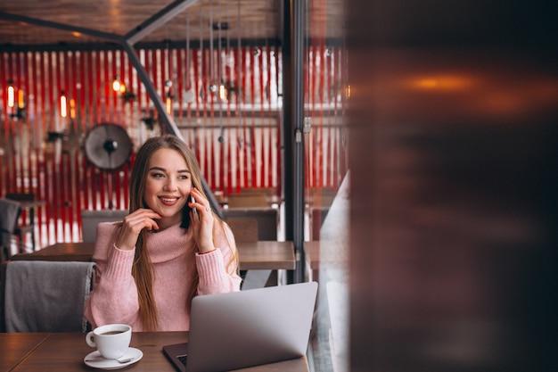 Femme, café, boire café, travail, ordinateur