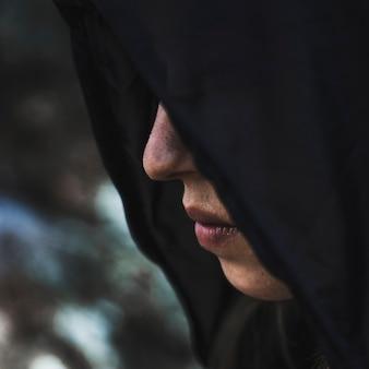 Femme en cagoule noire