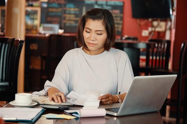 Femme calcul des dépenses