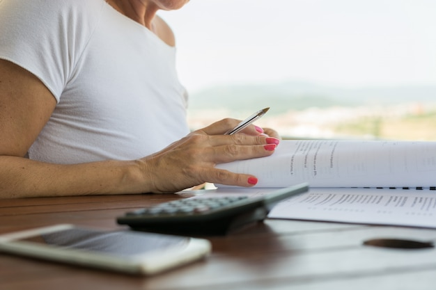 Femme avec calculatrice