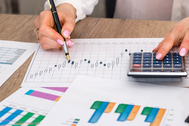 Femme calculer les dépenses au bureau.