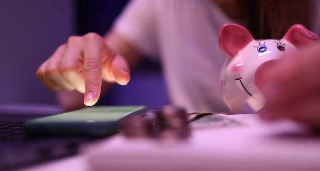Femme calculer la situation financière