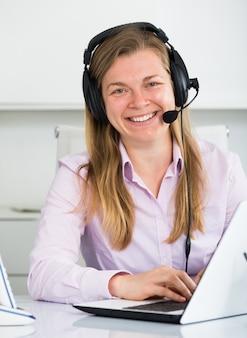 Femme en call center