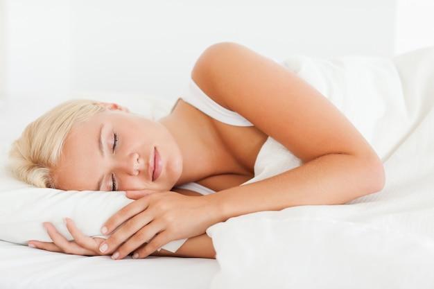 Femme calme dormant