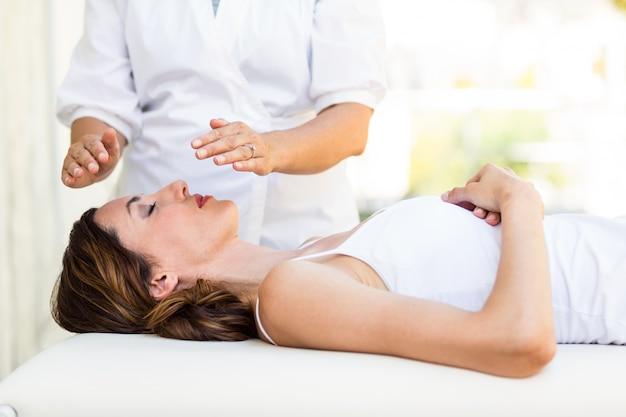 Femme calme recevant un traitement reiki