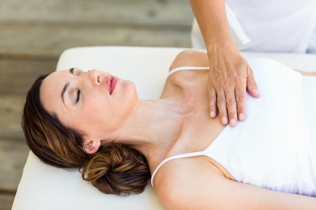 Femme calme recevant un traitement de reiki
