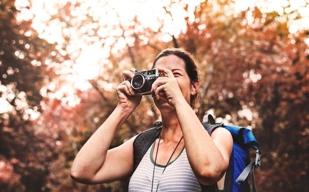Femme avec une caméra analogique