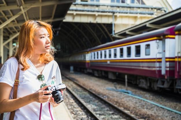 Femme avec caméra sur le dépôt