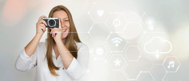 Femme avec une caméra