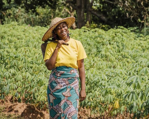 Femme de la campagne sur le terrain