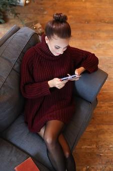 Femme sur le canapé avec une tablette