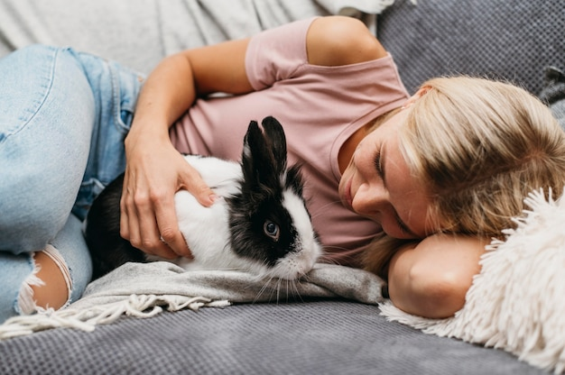Femme caresser adorable lapin