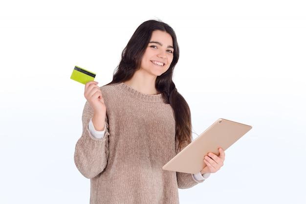 Femme avec carte de crédit et tablette numérique
