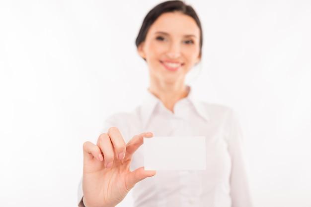 Femme avec carte de visite. belle jeune femme en tenue de soirée étirant sa carte de visite