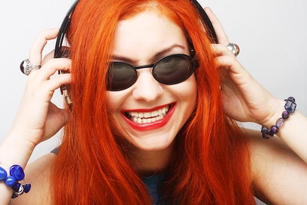 Femme avec un casque d'écoute de musique