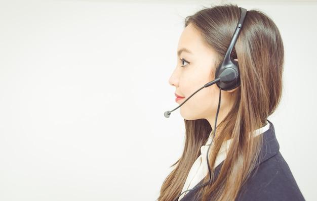 Femme, casque à écouteurs, bureau