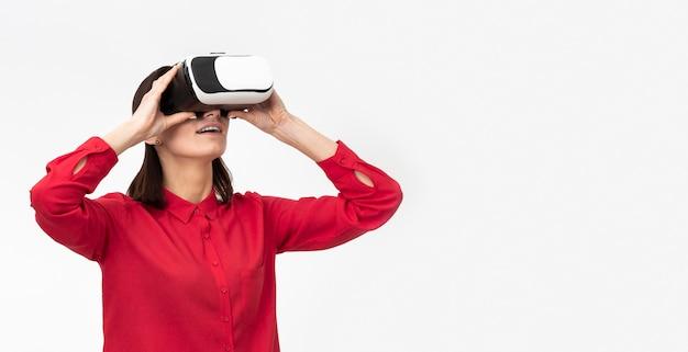 Femme avec casque de réalité virtuelle