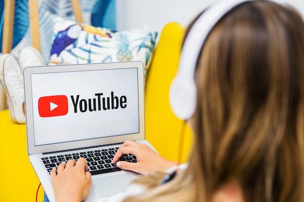 Femme avec un casque en regardant dans un ordinateur portable