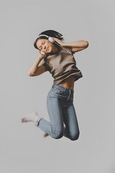 Femme avec un casque sautant en l'air