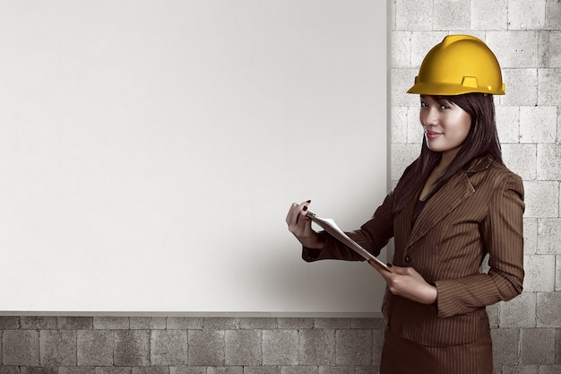Femme, casque, tenue, presse-papiers