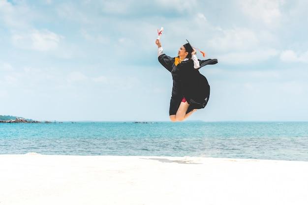 Femme, casquette, robe, tenue, certificat, saut, célébrer, graduation