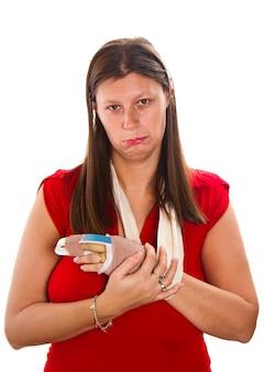 Femme avec un cast sur le doigt