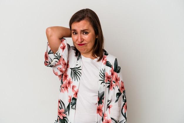 Femme caucasienne d'âge moyen isolée sur fond blanc souffrant de douleurs au cou en raison d'un mode de vie sédentaire.
