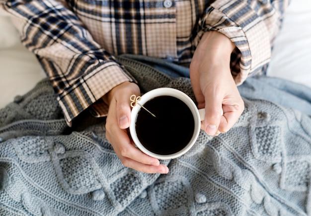 Femme caucasienne boit du café le matin