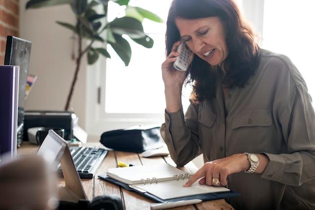 Femme caucasienne, conversation affaires, sur, téléphone