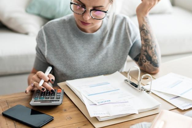 Femme caucasienne, à, factures facture