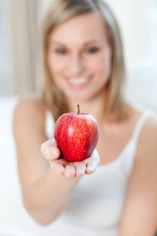 Femme caucasienne montrant une pomme