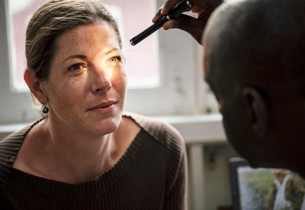 Une femme caucasienne passe un examen de la vue