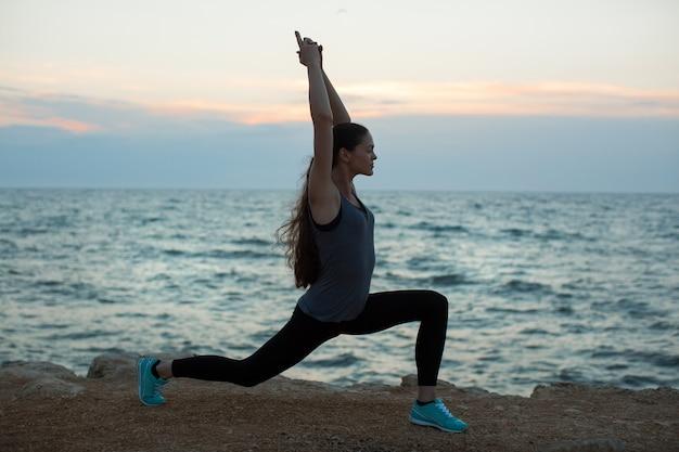 Femme caucasienne, pratiquer, yoga, à, bord mer, de, océan