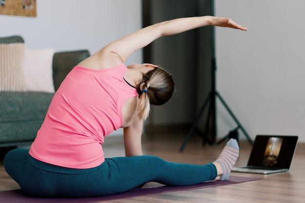 Femme caucasienne, pratiquer, yoga, chez soi