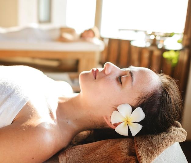 Femme caucasienne relaxante avec massage aux herbes