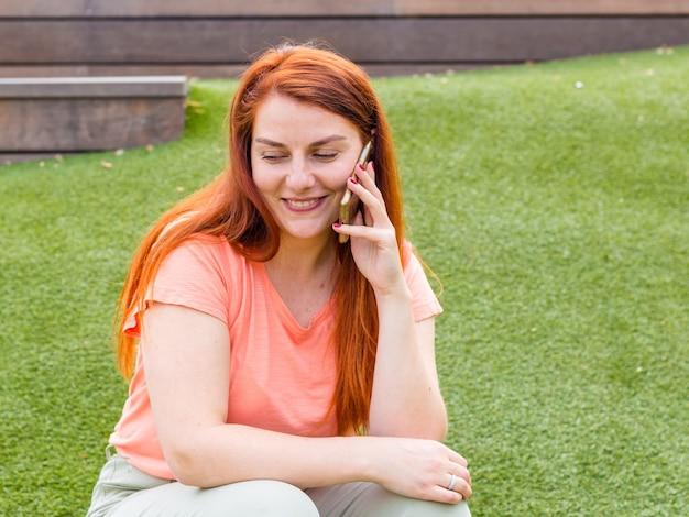 Femme caucasienne souriante, parler au téléphone mobile