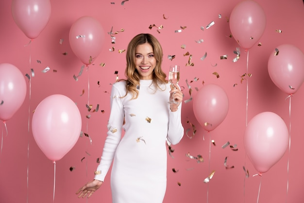 Femme célébrant lors d'une fête d'anniversaire