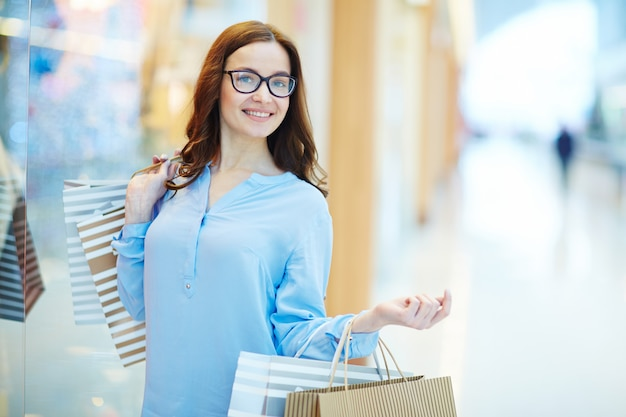Femme en centre commercial