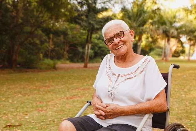 Femme en chaise roulante dans le parc