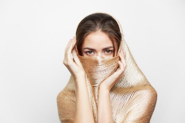 Une femme avec un châle couvre le visage