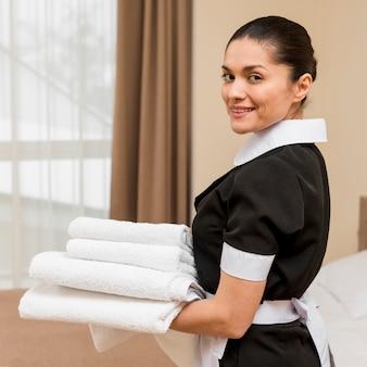 Femme de chambre dans la chambre d'hôtel