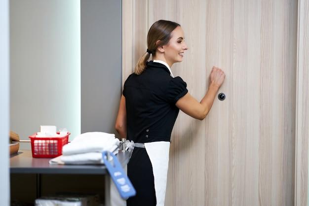 Femme de chambre marchant dans le couloir de l'hôtel