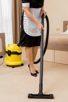 Femme de chambre nettoyage chambre