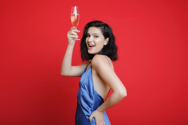 Femme, à, champagne, regarder appareil-photo, sourire