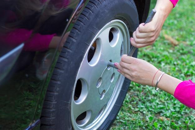 Femme, changer, pneu, voiture