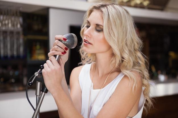 Femme chantant en fermant les yeux