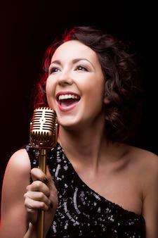 Femme chantant