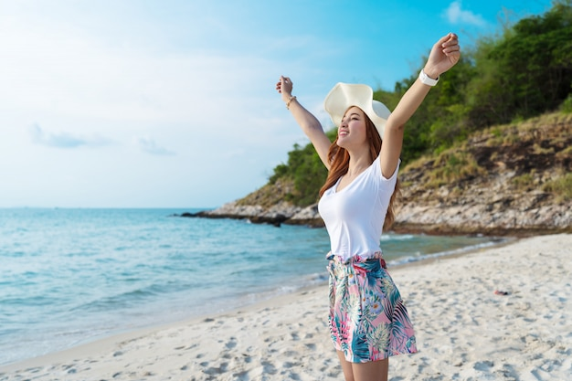 Femme, chapeau, à, bras levés, debout, sur, plage mer