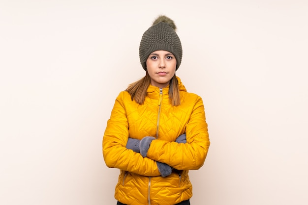 Femme, à, chapeau hiver, sur, mur, garder, bras croisés